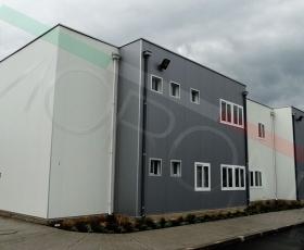 Edificio modular con paneles arquitectónicos