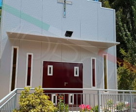 Capilla con paneles arquitectónicos